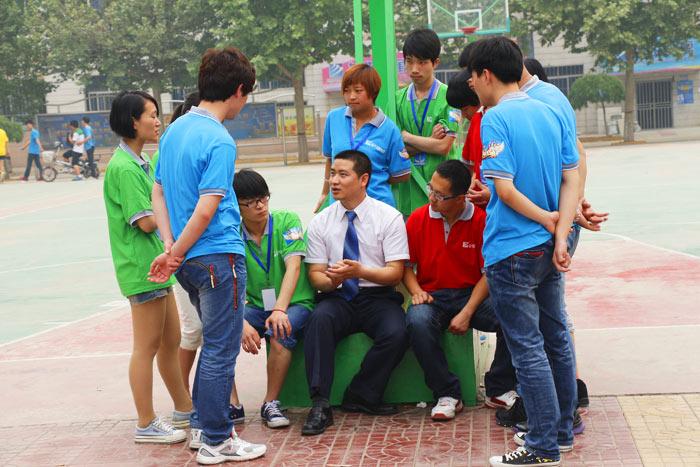 同学们和老师在一起讨论