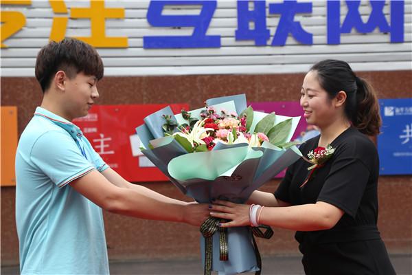 学子给刘总送花