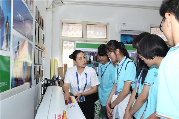 李老师教学生使用输出设备